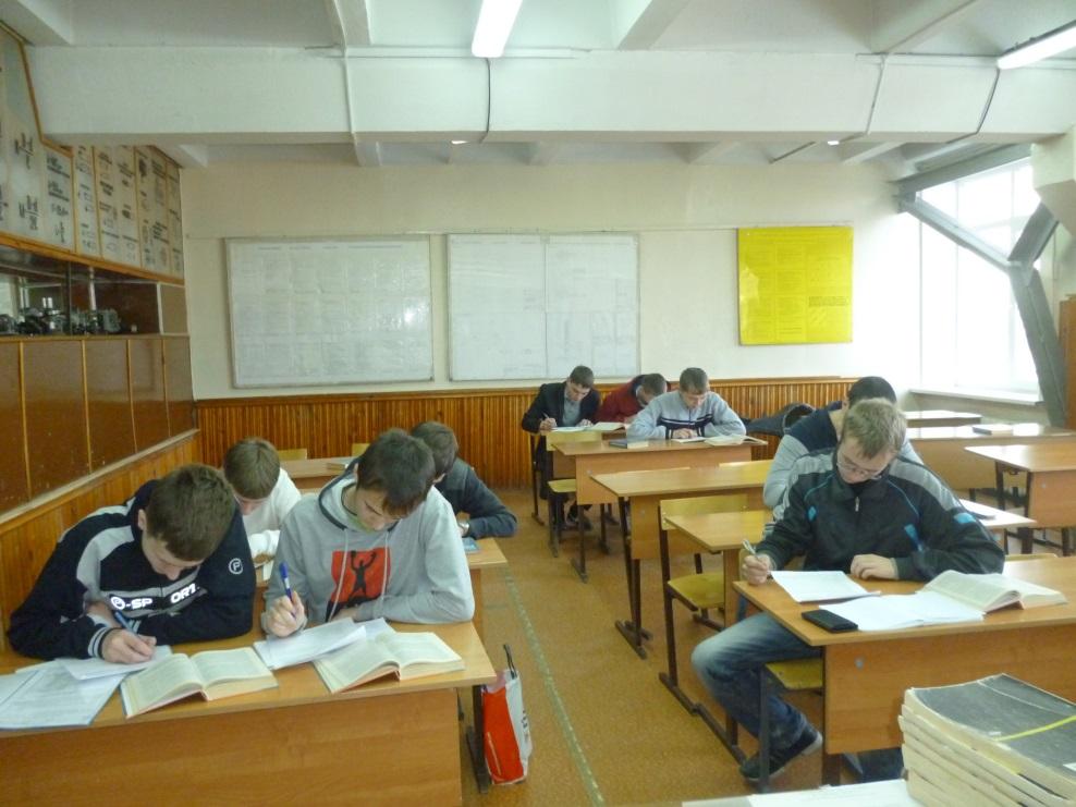Старшекурсники УрГЗК заполняют анкеты