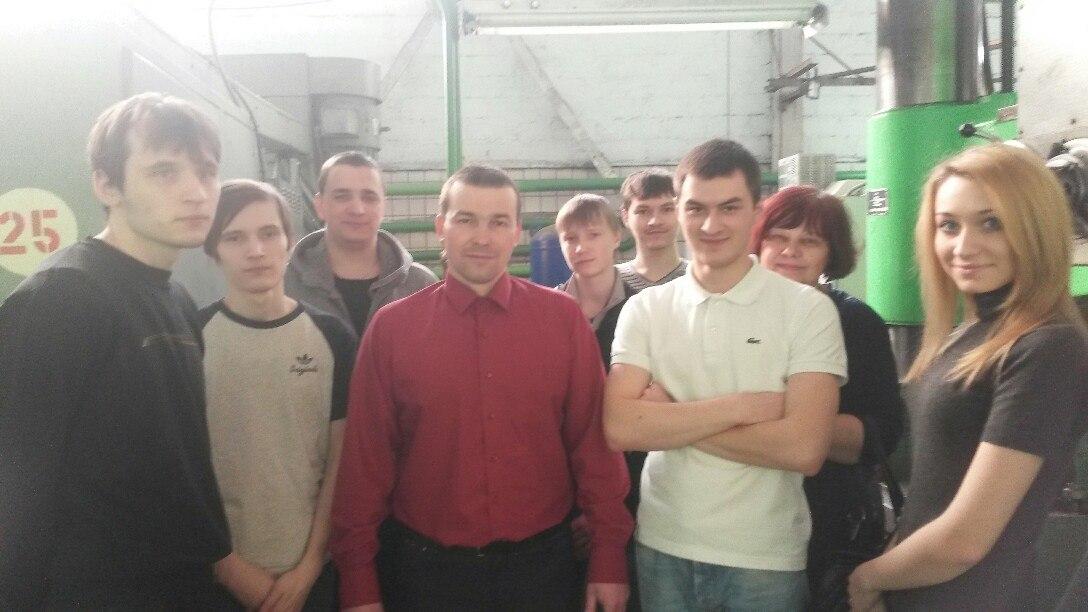 Студенты филиала с главным инженером  Невьянского Инструментально-механического завода  Е.С. Захватошиным в одном из цехов завода